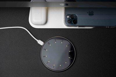 VAP 15W 無線傳檔充電盤放在桌面上