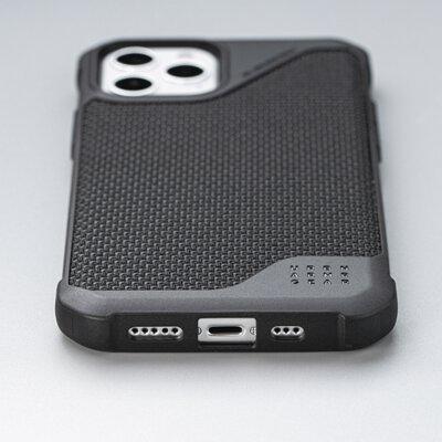 UAG手機殼放在桌面上