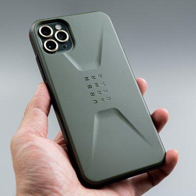 手拿著UAG簡約款手機殼