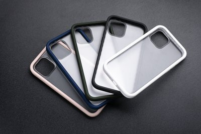 uniu si bumper 手機殼5色放在桌面上