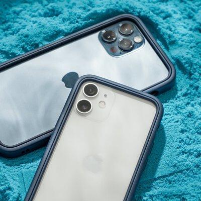 2款犀牛盾iphone12手機殼放在桌面上
