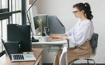 小資女的辦公日常,經常維持同一姿勢,造成身體僵硬、肌肉痠痛。