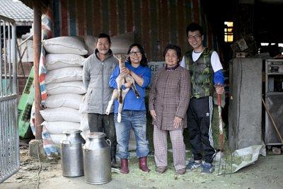 1982 年,剛結婚的楊爸爸、楊媽媽選擇在彰化定居,兩人攜手養育一群羊兒,胼手胝足創建了祥豪牧場。