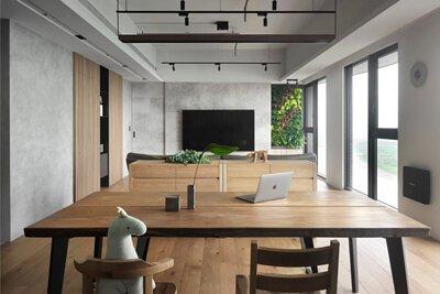 原木餐桌也能是書桌、工作桌,一張桌抵三張桌,輕鬆保養不擔心刮傷畫傷