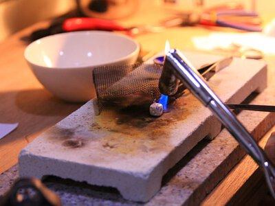 寄回mittag銀飾以高溫燒結並重新拋光是最有效的還原變黑銀飾的方法