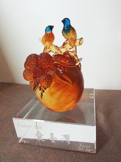 """2011年mittag jewelry創辦人於離職之際接受Acer Inc.部門贈與寫上""""愛台灣""""的離職紀念品"""