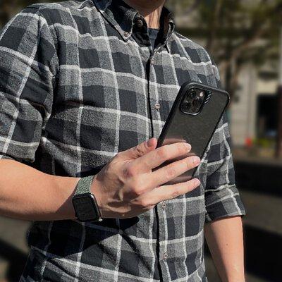 男子拿著黑色邊框iPhone 12 Pro Max DX 超軍規防摔手機殼