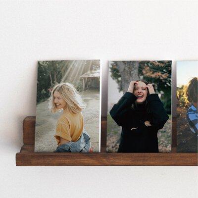 是照片,也可以是裝飾,簡單的把回憶貼在厚板上像無框畫般的展示著