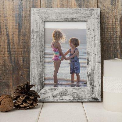 把相片一張張沖印出來,放在喜歡的木製質感像框裡展示著