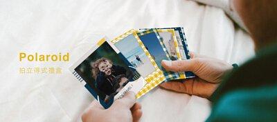 拍立得式禮盒polaroid, 一個人舒適地趴在床上,細看著手中充滿幸福回憶照片的拍立得