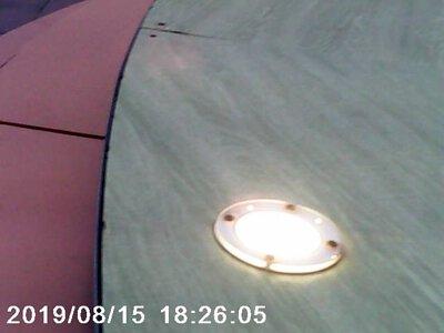 地板上有一個燈