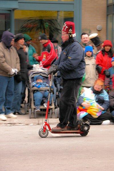 一名歐洲老年人騎著電動滑板車