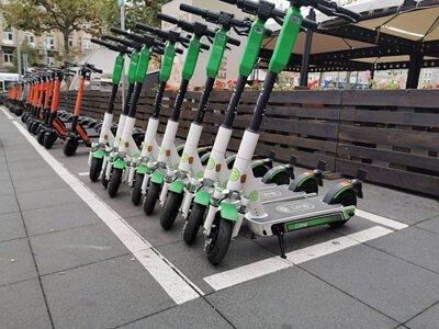 一整排停在路邊的電動滑板車
