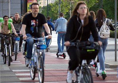 都市裡騎腳踏車過馬路的人
