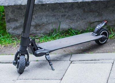黑色碳纖維電動滑板車的踏板與前後輪