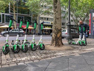 路邊的共享電動滑板車