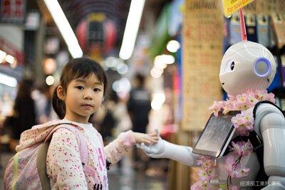 小女孩與AI機器人牽著手