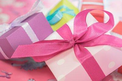 綁粉紅色緞帶的禮物