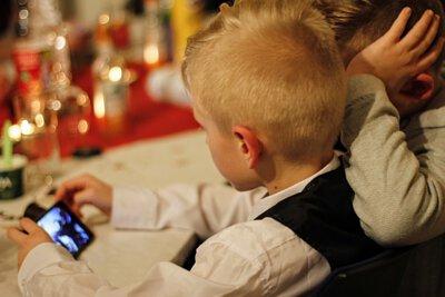 看手機的孩童
