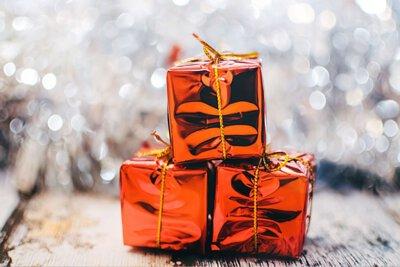 三個堆疊的聖誕禮物