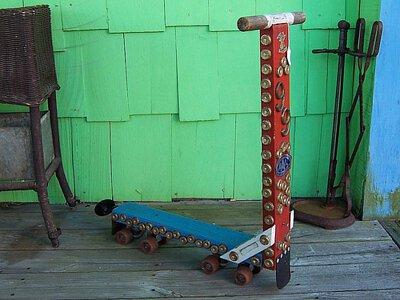 早期使用木箱及溜冰鞋輪製作的木製滑板車