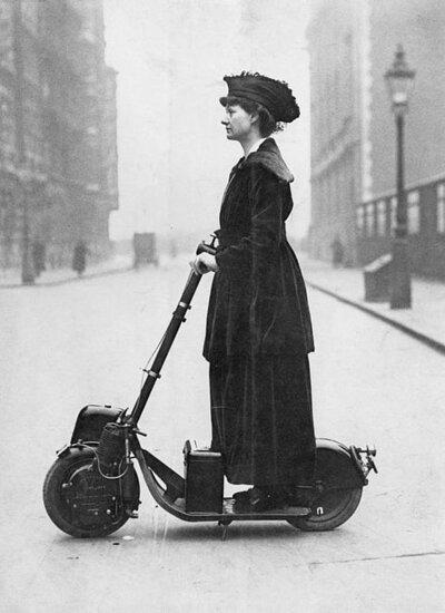 1916年在踏板車上的諾曼夫人