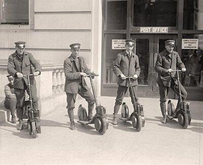 4名美國郵政特校專遞郵遞員試用踏板車Autoped