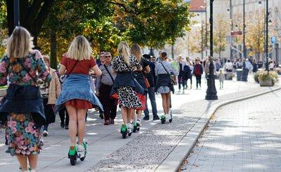 騎乘租借電動滑板車的女孩們
