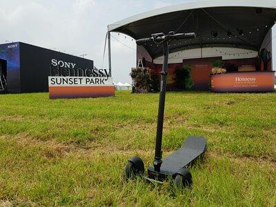 停在草地上的三輪電動滑板車