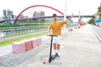 一個男生在騎電動滑板車比YA