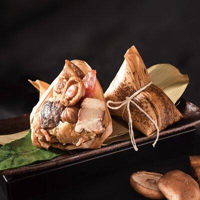 六福尊品海陸粽以六福飯店五星主廚手藝搭配嚴選食材-上品翡翠鮑,雙重海陸食材打造五星頂級滋味。