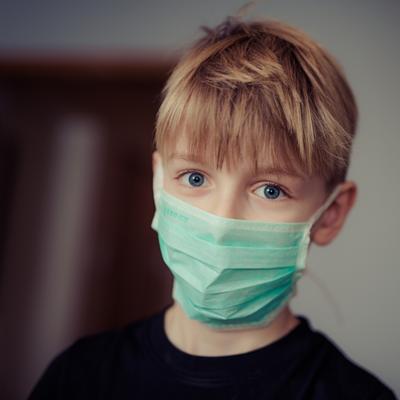 除了外出可以帶口罩,回到家中也可用精油來加強保護。除了將精油加入浸浴中或枕頭的邊沿,也可以直接滴在一碗熱水中,閉上雙眼,用鼻子慢慢深呼吸約10分鐘。