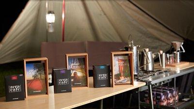 ZeraCafe單品濾掛咖啡、形象相框與咖啡道具陳列在桌上