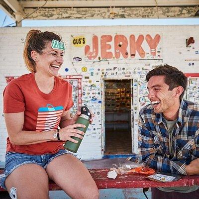 手持綠色闊口水瓶2人開心地傾談