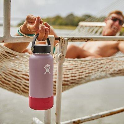 悠閒地趟在吊床上手時闊口水瓶