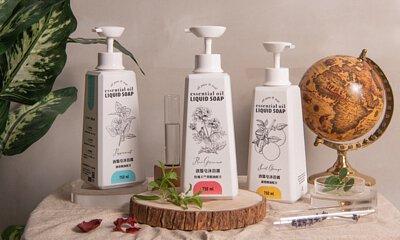 "<img src=""opureal-essential-oil-liquid-soap-on-the-table.jpeg"" alt=""三罐純萃自然液態皂沐浴露直立在桌上與一些擺飾"">"