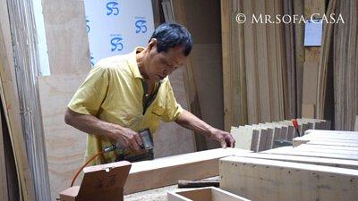 負責製作沙發木材骨架的老師傅
