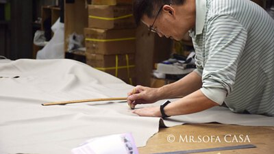 師傅在布料上作標記時需特別注意尺寸上的要求