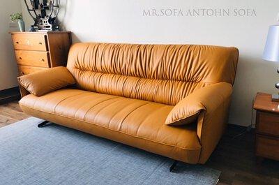 皮革沙發經過使用,產生自然的龜裂及色澤變化,展現獨有的歲月紋路