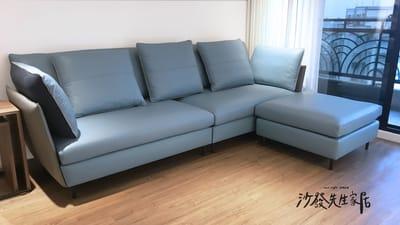 藍色沙發可以是沉穩大器,也能清新悠閒,藍白搭配是經典