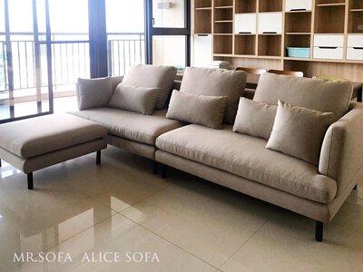 米色沙發搭配白色或淺色系牆面,可呈現日式無印風格空間