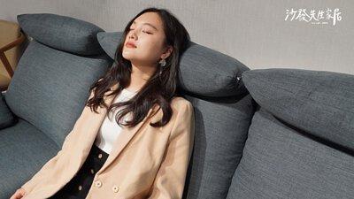 沙發使用的布料材質相對透氣舒適且內含奈米玉石粉,可以降低體表溫度1~2度
