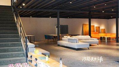 從原本的一樓擴建成兩樓,引進了更多樣式的精緻沙發