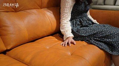 多芬沙發的皮面是由加工最少的苯染皮所製