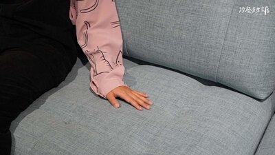 以布面材質呈現的多芬沙發,顏色又是活潑俏皮的天藍色