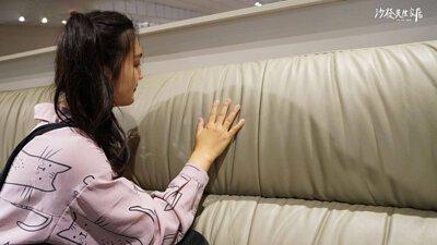 摸摸沙發的皮革觸感,真的是親膚舒適