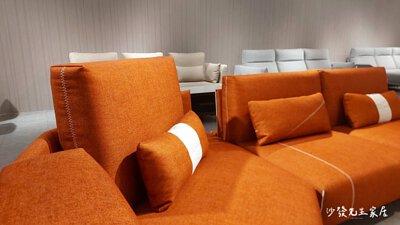 這時候可搭配活動頭枕或是調整型椅背沙發,讓低背沙發也能同時兼顧時尚與舒適性。