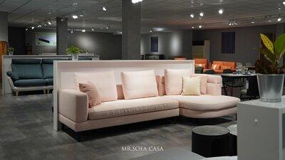 沙發逐漸變得廣泛,成了家家戶戶必備的傢俱