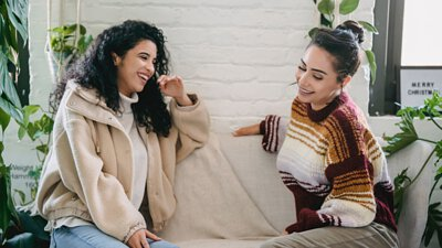 沙發上與家人聊天,聯繫情感