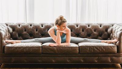 待在家裡除了當顆沙發馬鈴薯之外,你還可以利用沙發做一些居家運動。